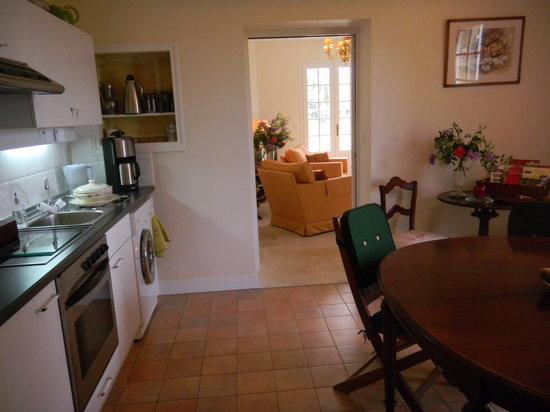 Manegat Bed&Breakfast: La cuisine commune aux trois chambres du rez de chaussée