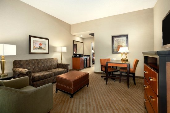 Embassy Suites by Hilton Brea - North Orange County: Suite Living Room