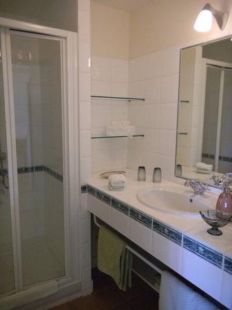 Manegat Bed&Breakfast: salle d'eau chambre jaune