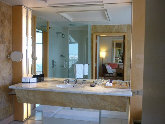 The Ritz-Carlton, Millenia Singapore: The wash basin remains spacious for a deluxe room