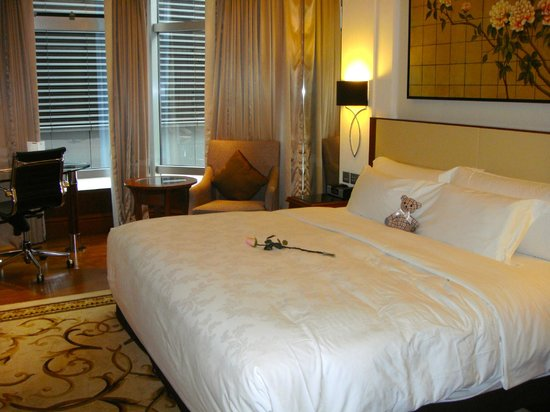 The Langham, Hong Kong: room with Langham Bear and rose