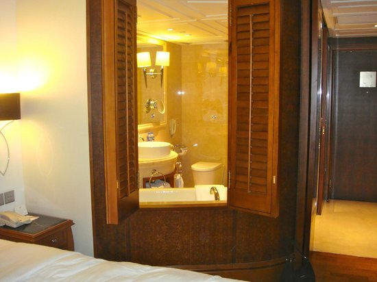 The Langham, Hong Kong: sliding doors from the bathroom to the bedroom