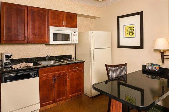 Homewood Suites Orlando-Maitland: Guest Suite Kitchen