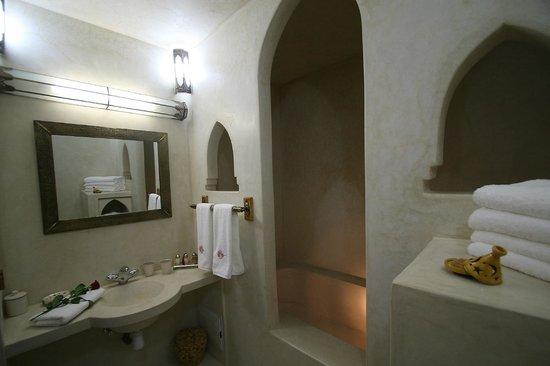 Riad Alili : La salle de bain de la Suite Bougainvillier