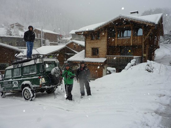 More Mountain - Chalet Robin :                   Loading the LR ready for the drive to the slopes