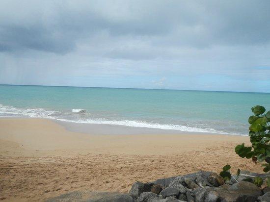 Langley Resort Hotel Fort Royal Guadeloupe:                                                       Strand vid bungalow