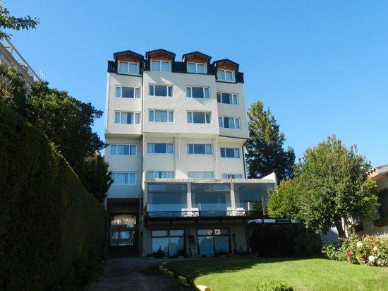 Hotel Tirol Bariloche: Hotel seen from the lake side