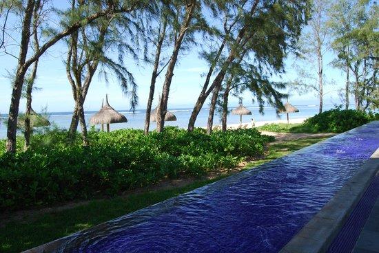 Sofitel So Mauritius:                   vue depuis la piscine sur la plage