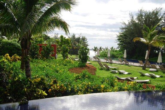 Sofitel So Mauritius:                   vue sur la piscine et la plage depuis le restaurant