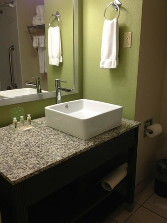 Holiday Inn Tulsa City Center : newly renovate bathroom