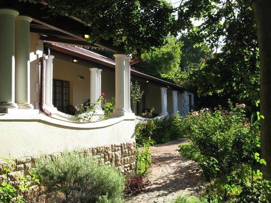 โรงแรมเมลวินเรสซิเดนซ์เก้สต์เฮ้าส์: Veranda and gardens