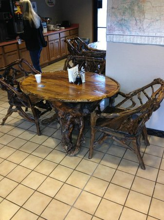 Super 8 Buena Vista: Breakfast area table and chairs.