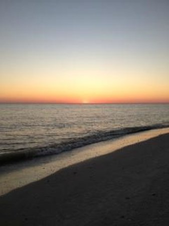 Waterside Inn on the Beach: Sunset on Sanibel Beach