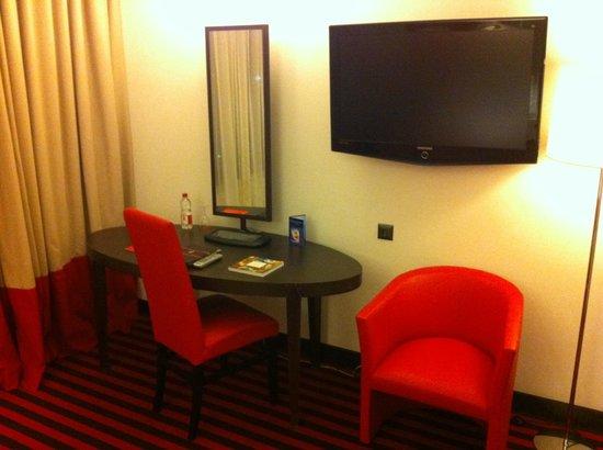 Airport Hotel Basel: Petite table pour écrire et la TV murale.