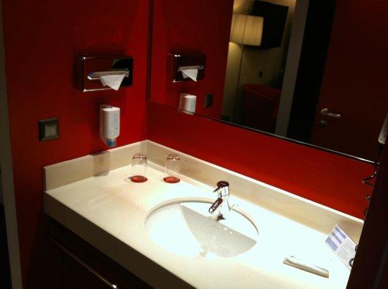 Airport Hotel Basel: La salle de bain avec le savon liquide...