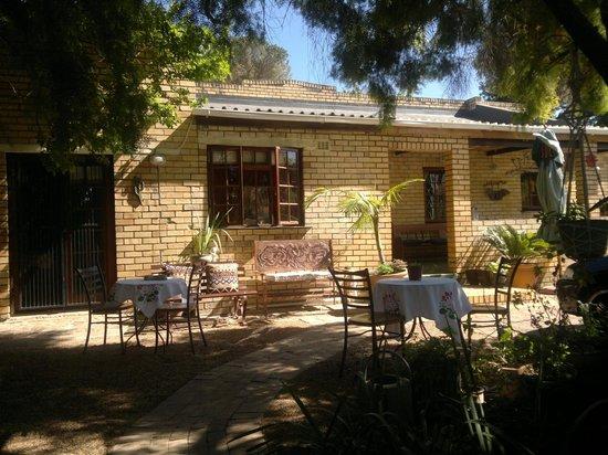 Simonsberg Guest House:                   Vista entrata casa