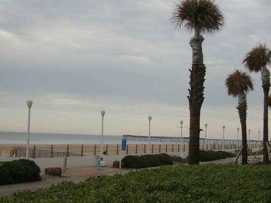 Holiday Inn Va Beach-Oceanside (21st St): Beach right outside