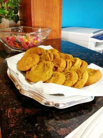 بايمونت إن آند سويتس: Free Cookies and Candy daily