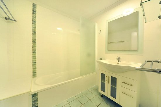 Airlie Beach Motor Lodge: Two Bedroom Townhouse bathroom