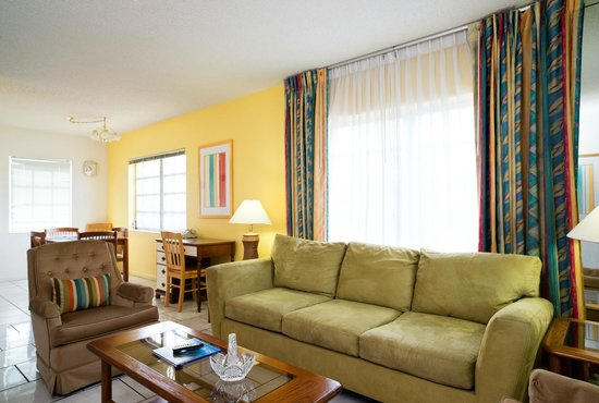 Carriage House Resort Motel: Living Room-Apartment