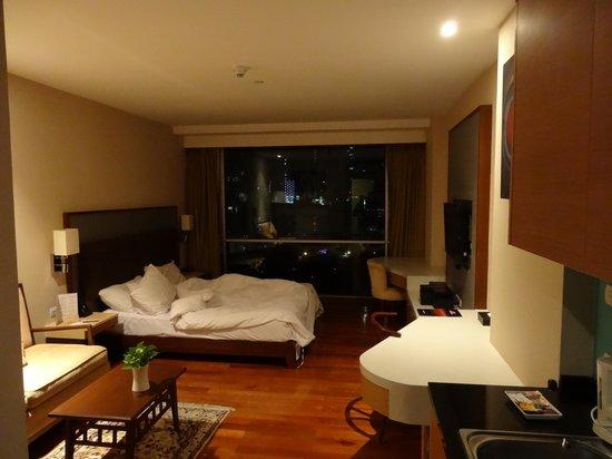 Adelphi Suites Bangkok: Room