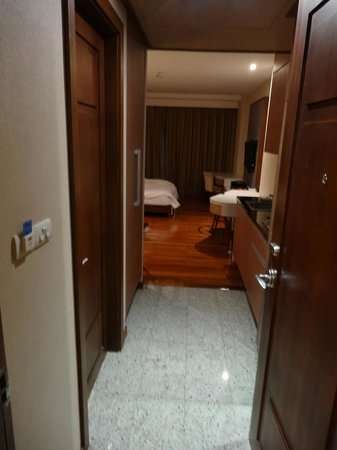Adelphi Suites Bangkok: Entry to room