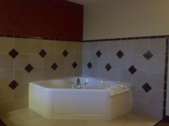 Holiday Inn Express Hotel & Suites Loveland:                   Jacuzzi tub