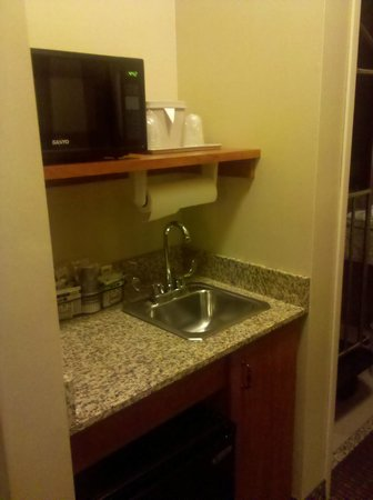 هوليداي إن إكسبريس آند سويتس لفلاند:                   Fridge, microwave, sink, coffee maker                 