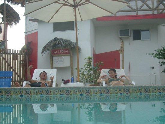 Hotel Swisspoint:                   descansando en la zona de la piscina