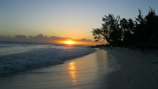 أكرا بيتش هوتل آند سبا:                   sunset on Rockley beach                 