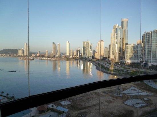 Plaza Paitilla Inn:                   Vista de la bahía desde la habitación que es todad vidriada. Hermoso!