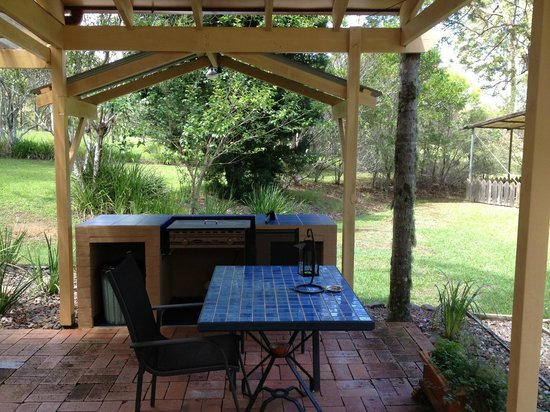 Kiwarrak Country Retreat:                   Outdoor area, table and bbq. all undercover