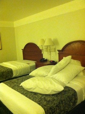 La Quinta Inn & Suites Modesto Salida : Room no ready - all the pillows on one bed with no pillow cases.