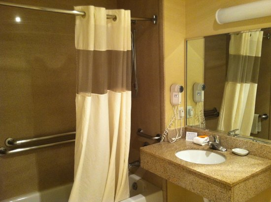 La Quinta Inn & Suites Albuquerque Midtown: Bathroom