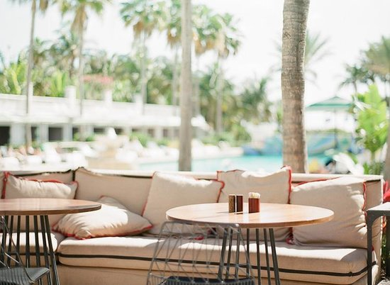 Surfcomber Miami South Beach, a Kimpton Hotel: Poolside @ Surfcomber