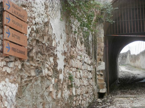 Gaeta, อิตาลี: Signs on the way to the Chapel