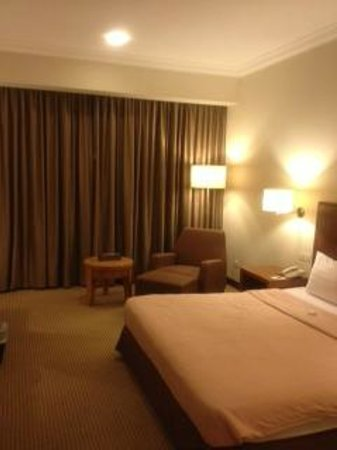 Crowne Plaza Hotel Jakarta:                   キングサイズベッドの部屋