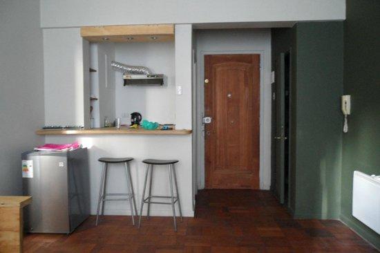 Hostal de la Barra:                   a porta de entrada e saída do quarto e a cozinha tipo bar