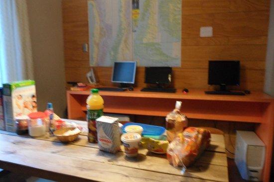 Hostal de la Barra:                   café da manha do hostel, olha os computadores ali!!