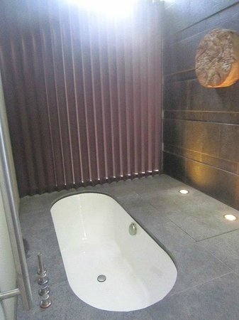 Capella Singapore: Indoor tub