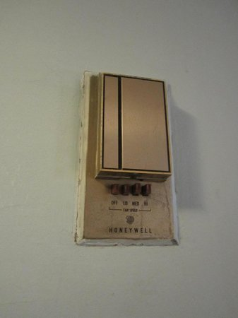 Ras Al Khaimah Hotel: Very outdated air condition control