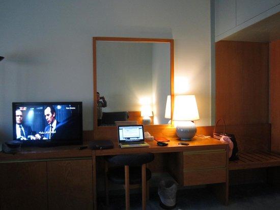 Ras Al Khaimah Hotel: Vanity table/desk/TV console area