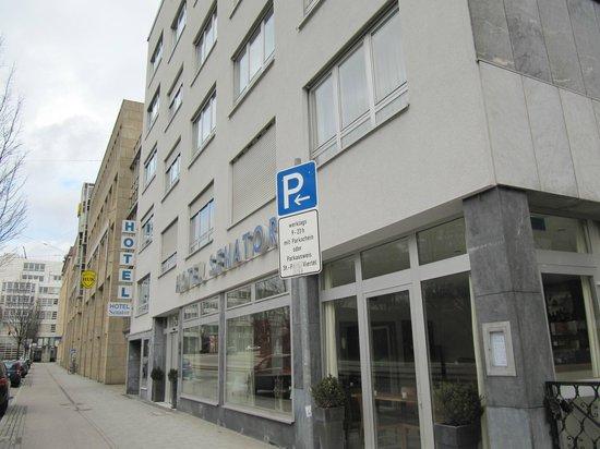 Senator Hotel:                   Отель и местность