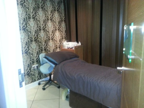 Captain's Club Hotel:                                     Treatment room