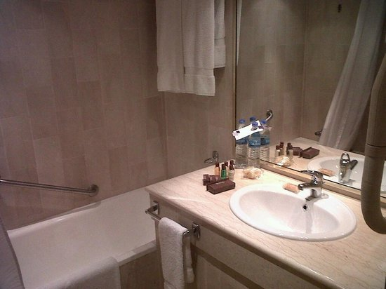 Sheraton Lagos Hotel: Bathroom with good choice of amenities