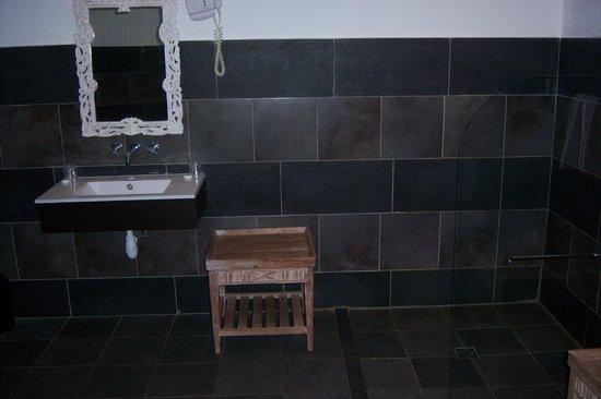 Auberge de La Poulciere :                   Salle de bains