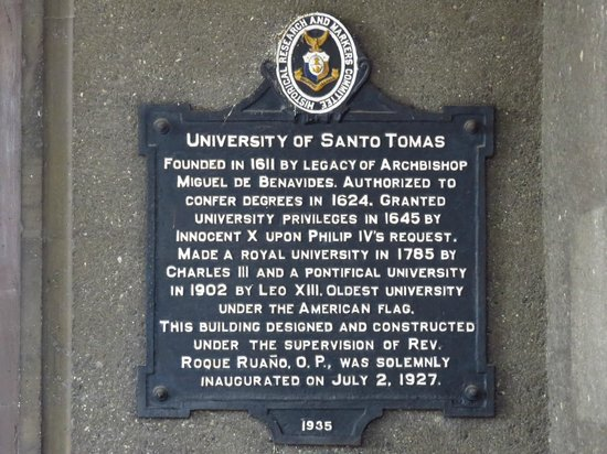 ‪جامعة سانتو توماس: Plaque with history of Main Building and UST‬