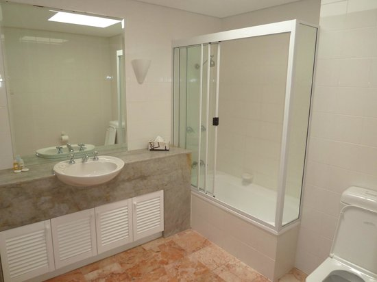 Balboa Holiday Apartments:                   Main bathroom