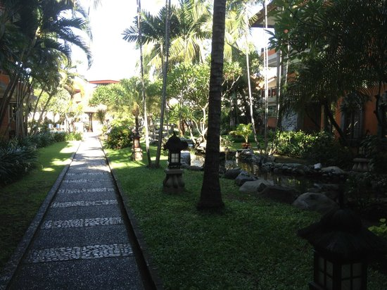 Adi Dharma Hotel: Gardens back to Pool Area & Reception