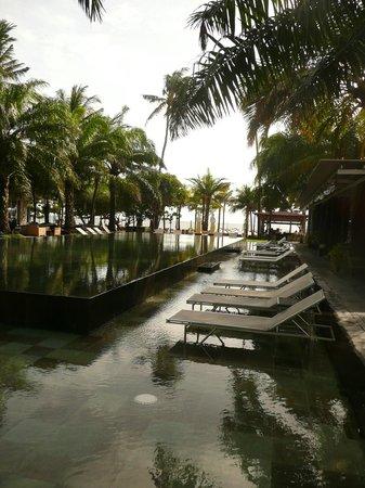 Segara Village Hotel:                   Zwembad met uitzicht op het strand.